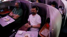A Singapour, des passagers en mal de voyages mangent dans des avions cloués au sol