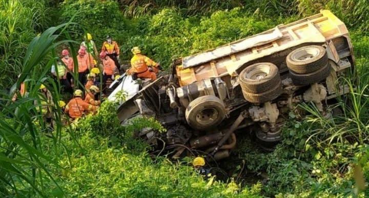 泥頭車衝落30米山坡翻側