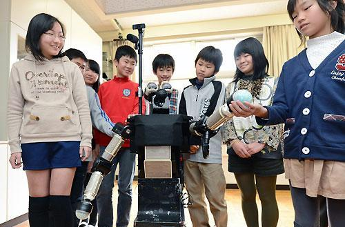 Robovie the talking robot gets schooled by elementary students