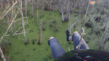Peligroso aterrizaje… paracaidistas terminan estrellándose en un pantano (video)