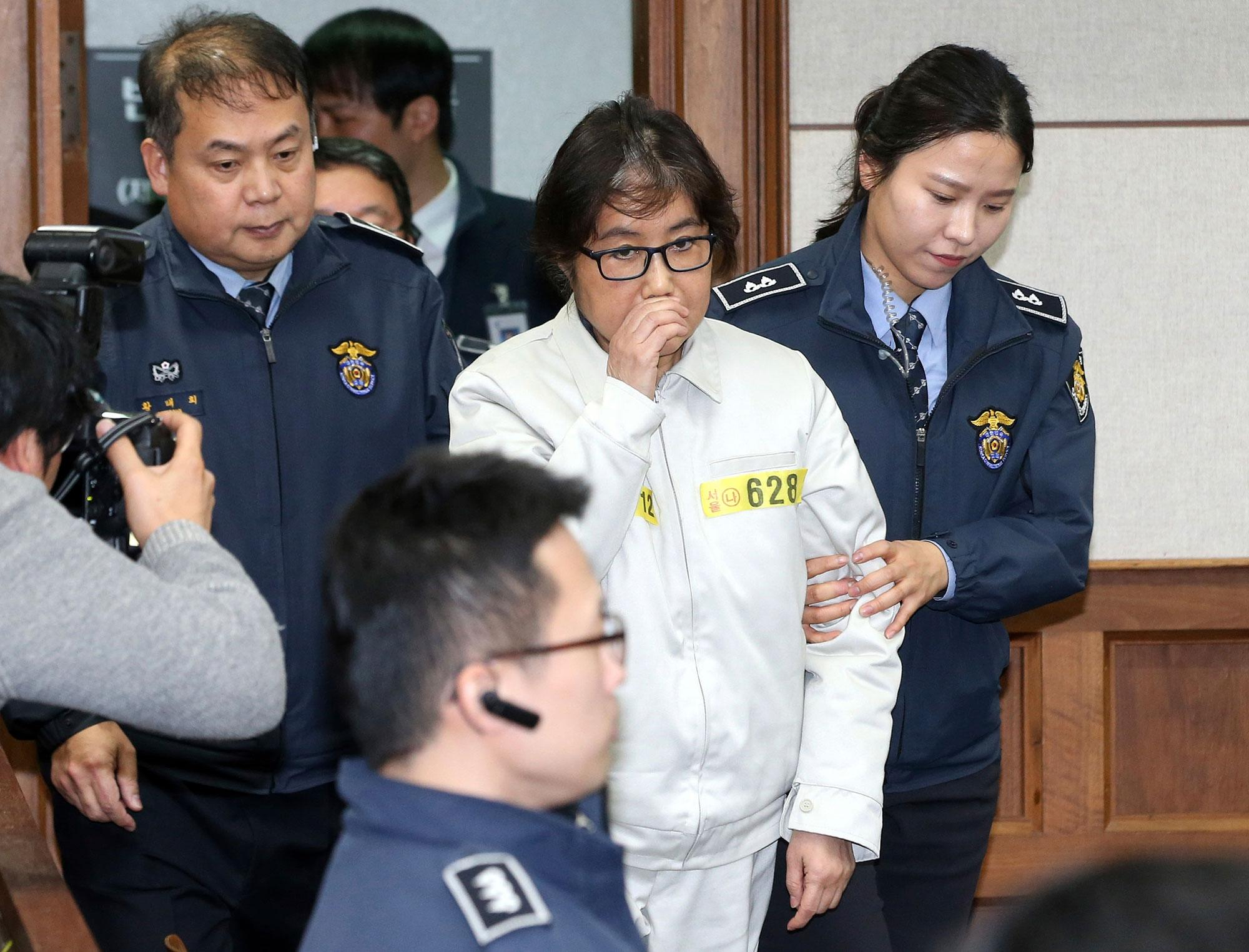 <p>Choi Soon-sil, the jailed confidante of disgraced South Korean President Park Geun-hye, center, appears for the first day of her trial at the Seoul Central District Court in Seoul, South Korea, Monday, Dec. 19, 2016. (Photo: Korea Pool Photo via AP) </p>