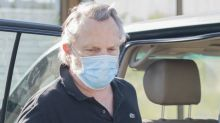 Miguel Bosé pillado con mascarilla tras incitar a no llevarla