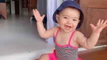 """Sabrina Sato festeja Dia das Crianças com foto de Zoe de maiô: """"Viva esse sorriso"""""""