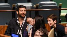 Primeira-ministra da Nova Zelândia leva filha de três meses para Assembleia da ONU