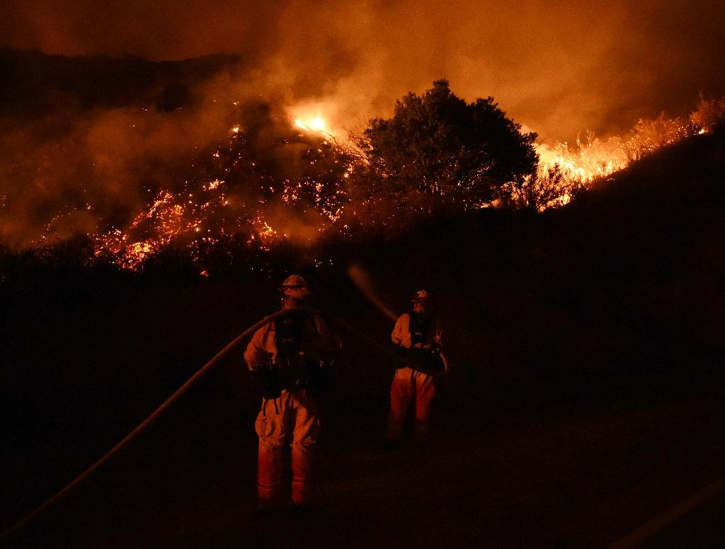 Firefighters battle the Sand Fire as it moves towards Fair Oaks Canyon housing estate in Santa Clarita, California on July 24, 2016 (AFP Photo/Mark Ralston)