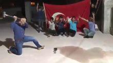 USA-Boykott: Türken zerstören iPhones und schütten Cola ins Klo