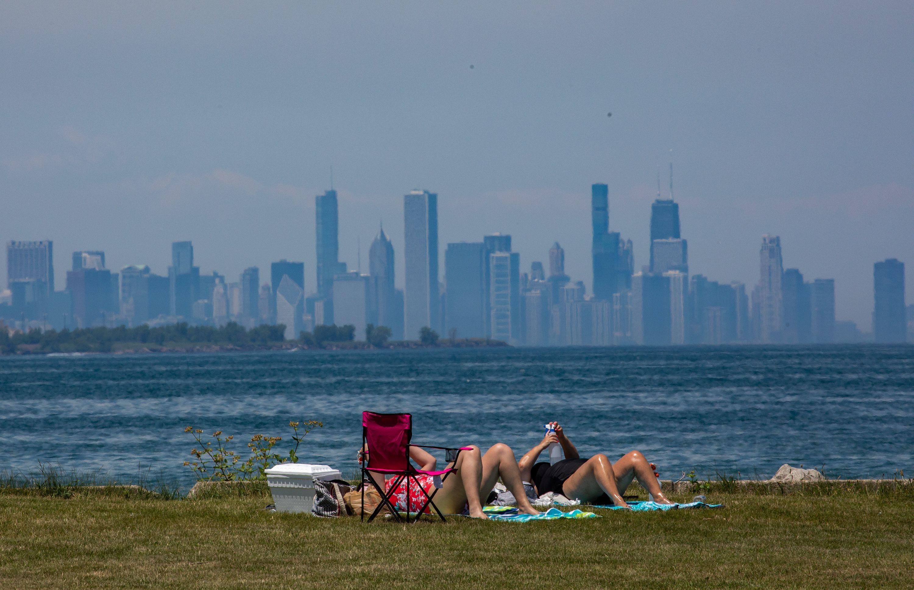 Holiday weekend begins with hot weather in Chicago area and warnings from officials to stay safe