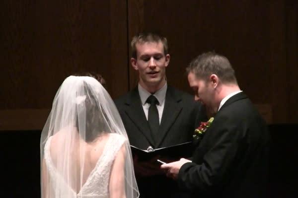Novio cambia el estado sentimental de Facebook en plena boda