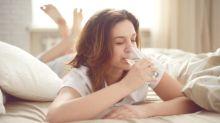 Por qué no es buena idea tomarse el vaso de agua de la noche anterior