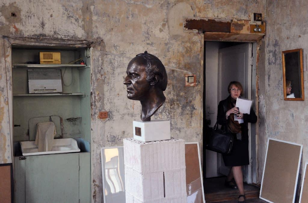 A woman visits the museum-apartment Joseph Brodsky in Saint Petersburg, on May 22, 2015 (AFP Photo/Olga Maltseva)