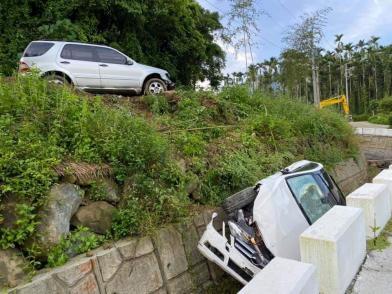 恐怖對決!暴怒男把女友車撞下山溝
