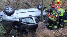 Auto precipita per 20 metri nel dirupo e sfonda il guardrail
