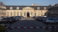 """Versailles: manifestation féministe contre le """"viol"""" d'une jeune fille par des pompiers"""