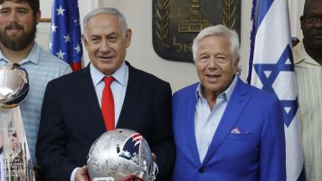 Awkward award: Kraft receives 'Jewish Nobel'