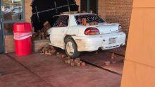 La broma del año: hasta la policía felicitó a los estudiantes que 'chocaron' este auto contra la oficina del director