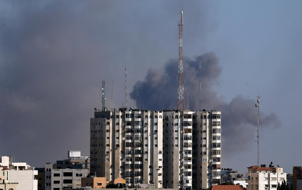 Smoke rises from east Gaza City after Israeli military struck Hamas positions in the Gaza Strip on October 5, 2016 (AFP Photo/Mahmud Hams)