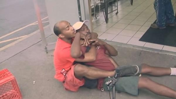 Florida man stops shoplifters with bare hands
