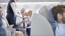 Flugbegleiterin überschüttet ihren obersten Boss mit Getränken