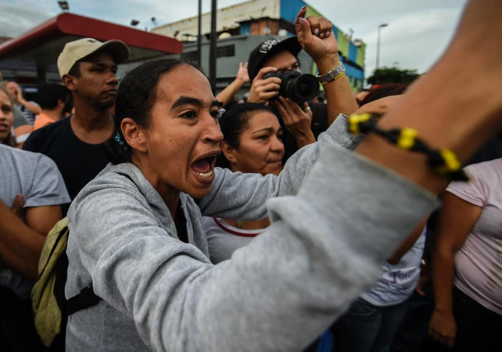 People protest against food shortages in Caracas on June 14, 2016 (AFP Photo/Juan Barreto)