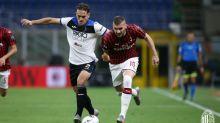 No duelo dos dois melhores do país após a volta do futebol, Milan e Atalanta empatam pelo Italiano
