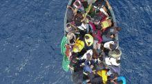"""Un migrante 15enne è sbarcato con una maglia della polizia. """"È il mio sogno"""""""