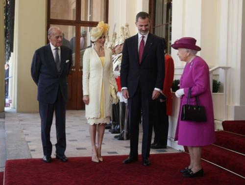 Letizia and Felipe meet the queen. (Photo: PA)