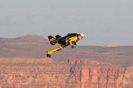 Swiss rocketeer jetpacks above Grand Canyon, lives to tell the tale (video)
