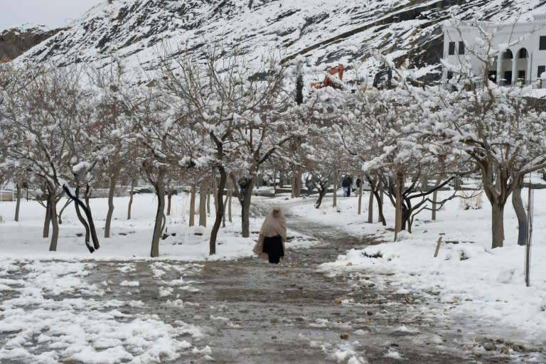 A woman walks down a path in Quetta, Pakistan, after heavy snow (AFP Photo/Banaras KHAN)