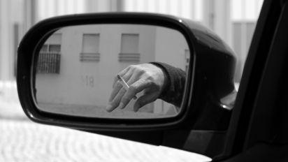 Fumi in auto? Rischi oltre 2000 euro