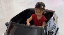 Zoe Sato ganha carrinho de R$ 4 mil no Dia das Crianças