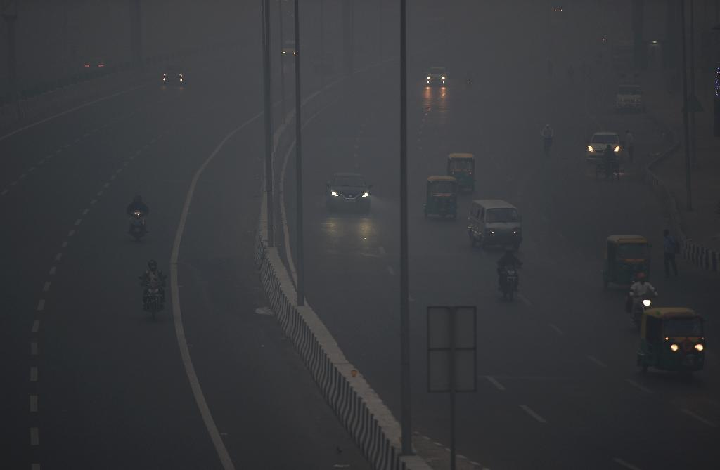 Commuters travel amid heavy smog in New Delhi after a night of free-for-all Diwali fireworks (AFP Photo/Money SHARMA)