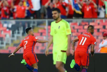 Alexis Sánchez (7) celabra su gol frente a Venezuela por la eliminatoria al Mundial 2018 en Santiago
