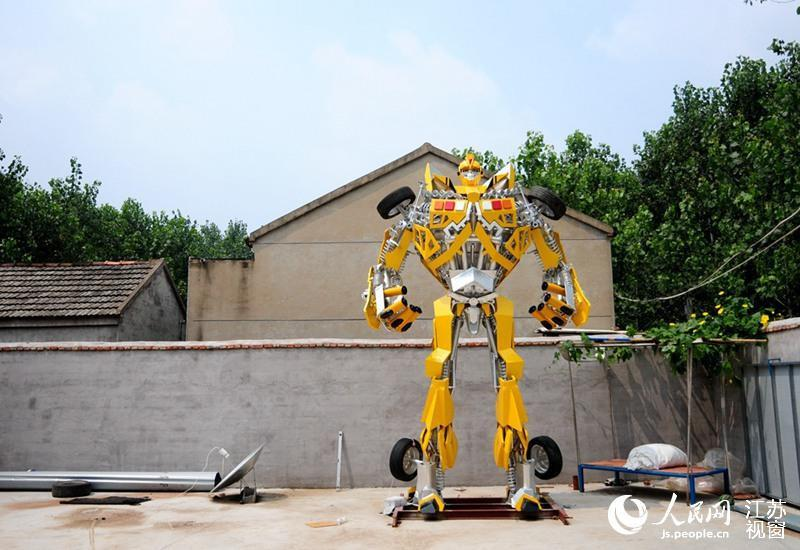 """<p>He said: """"I took my son to watch a Transformers movie in July, and afterwards he asked me for a robot.I bought him a toy model, but he said he wanted a life-size one. I said I couldn't afford one, but I could build one. And that's how it began - from a promise to my son."""" (Credit: <a href=""""http://js.people.cn/"""" rel=""""nofollow noopener"""" target=""""_blank"""" data-ylk=""""slk:Js.people.cn"""" class=""""link rapid-noclick-resp"""">Js.people.cn</a>)</p>"""