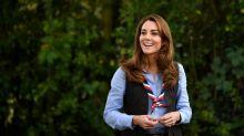 Duquesa de Cambridge Catalina brinda con malvaviscos en actividad scout