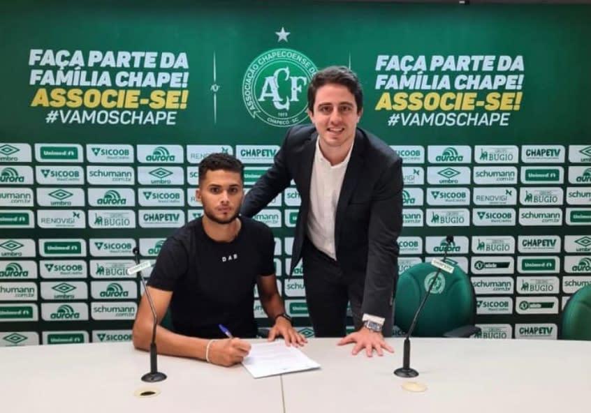 Zagueiro da base da Chapecoense renova contrato até 2023: 'Sensação única'