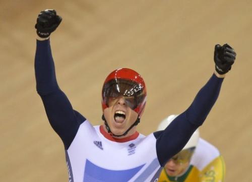 Chris Hoy celebra su oro en keirin tras cruzar la meta