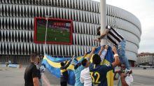 Cánticos y lágrimas argentinas para recordar a Maradona también en San Mamés