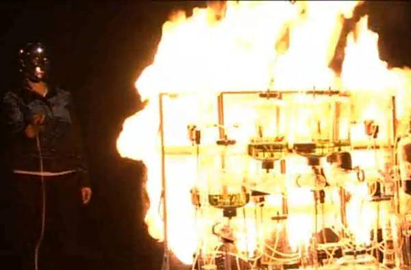 Painting with fire, thanks to a cybernetic glove (video)