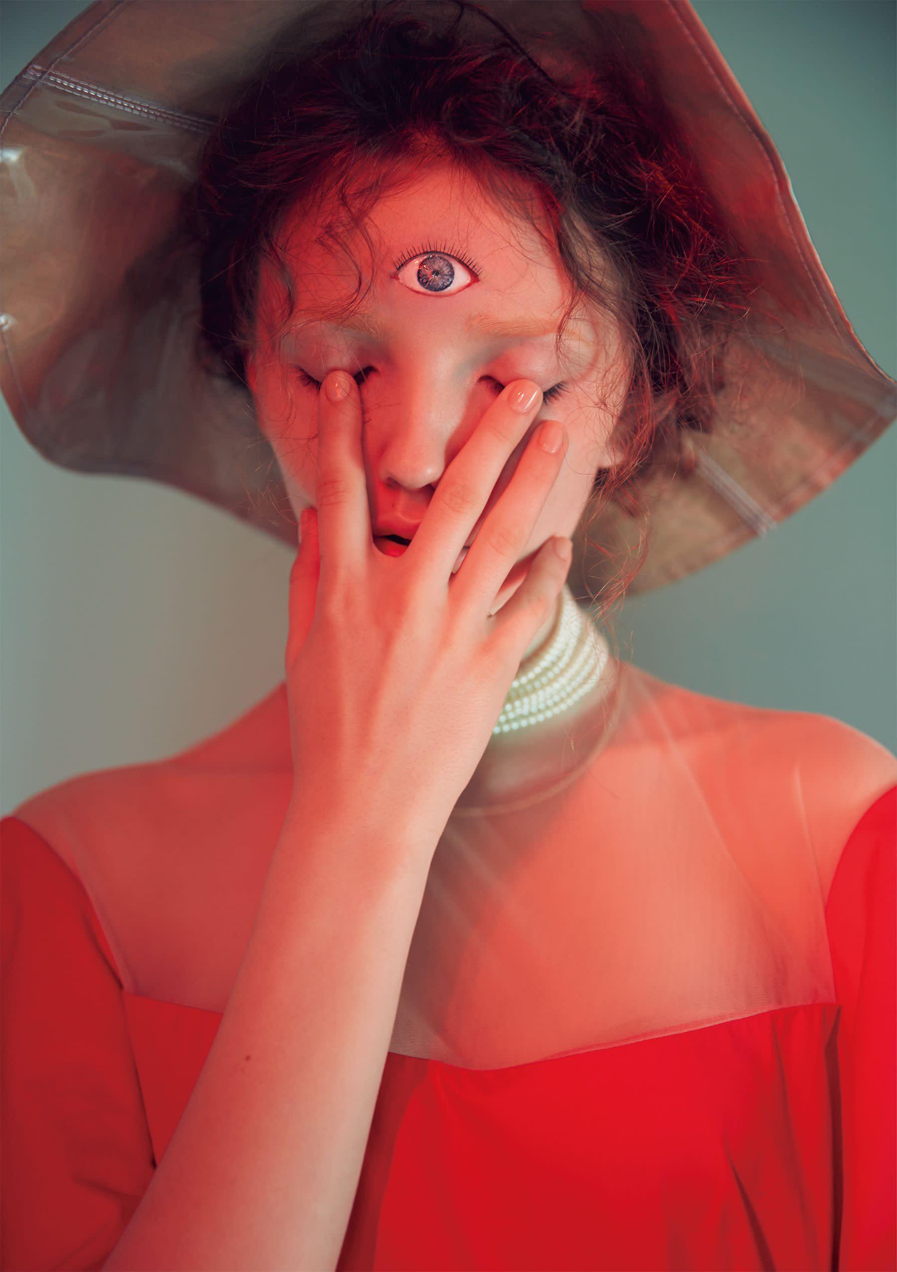 洋裝,Delpozo at Onefifteen;項鍊,Kenneth Jay Lane atNet-a-Porter;帽子,Comme des Garçons at Tuan Tuan Boutique。 <span></span>