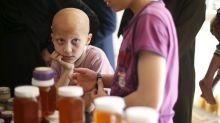 Un tratamiento nuevo para la dermatitis hace crecer el pelo a una adolescente con alopecia