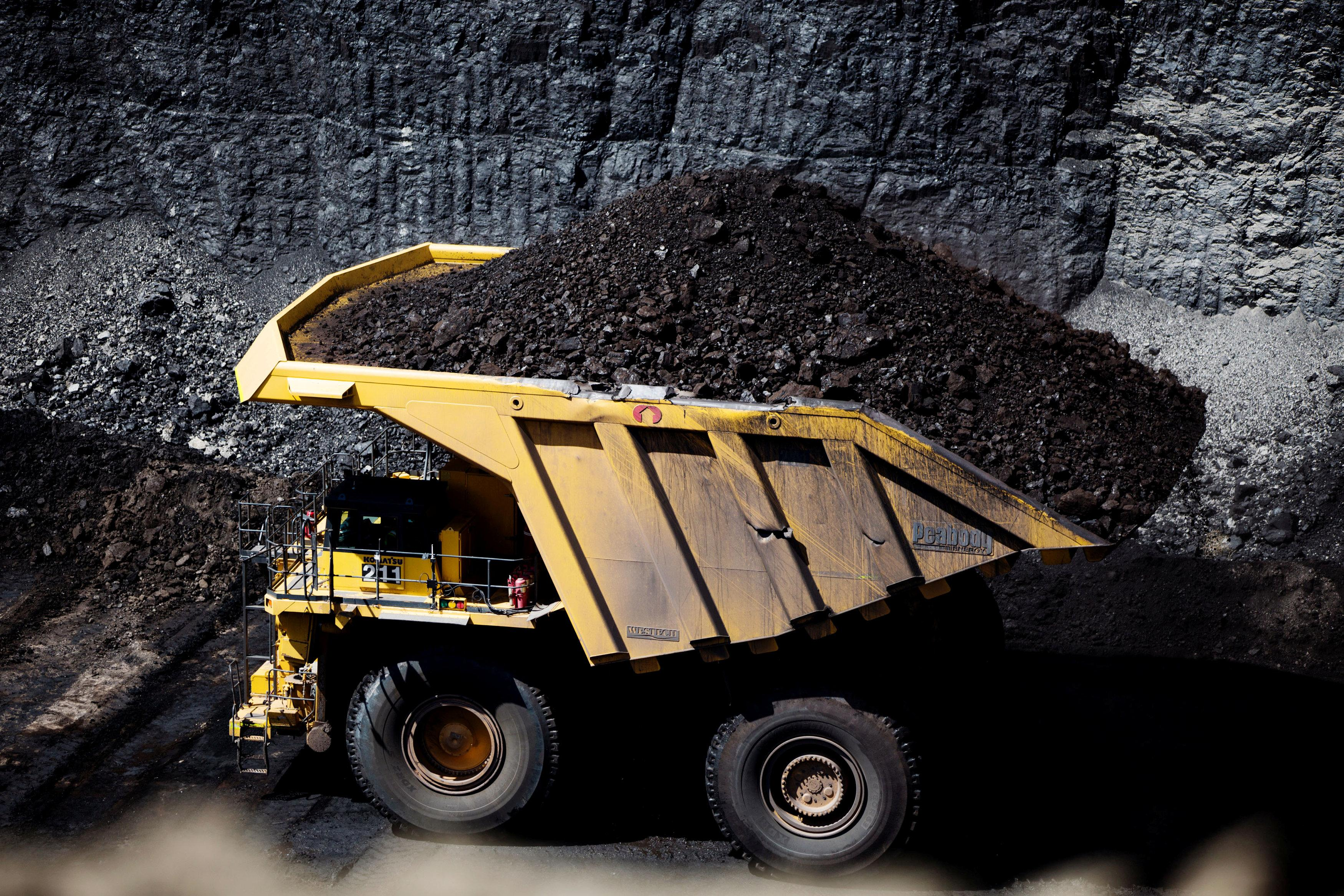 Haul trucks move coal at Peabody Energy's North Antelope Rochelle coal mine near Gillette, Wyoming, U.S. June 1, 2016. REUTERS/Kristina Barker