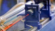 Por qué la invención del láser generó un conflicto que duró 30 años