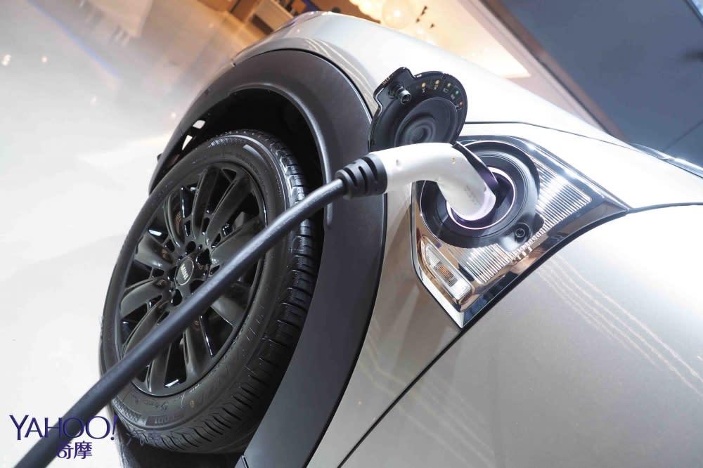 終於有油電了!Mini Cooper S E Countryman All4發電價216萬元起