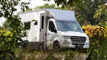 貌不驚人的Mercedes Sprinter露營車可有著精采的內部機能喔!