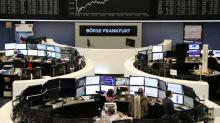 Acciones europeas cierran con pérdidas, anuncios de empresas se suman a panorama opaco