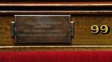 Une plaque en l'honneur de Jacques Chirac dévoilée à l'Assemblée