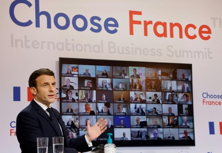 Macron promet aux patrons étrangers de continuer à réformer