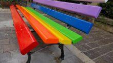 Panchine arcobaleno: il gesto di Milano contro l'omotransofobia