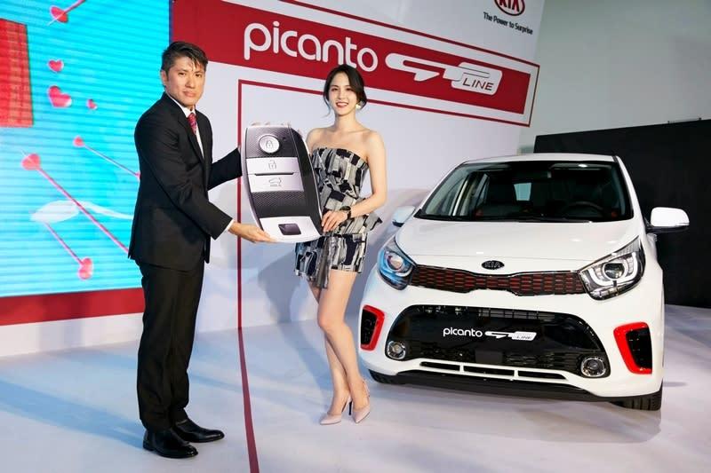 女神魏蔓成為Kia Picanto GT-LINE第一位車主,現場特邀請森那美起亞史貴能總裁進行交車儀式。