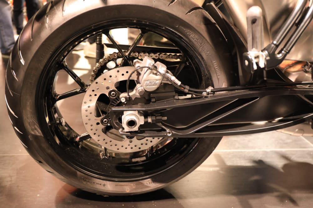 偷輕的搖臂讓車身操控性更優秀。